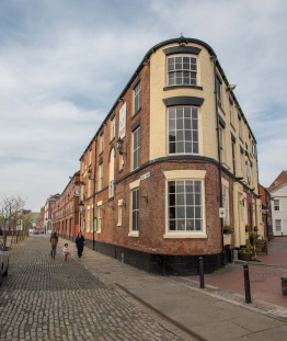 The oldest pub in Hull and once a brewery, the triangular Minerva pub has panoramic views over the Humber.